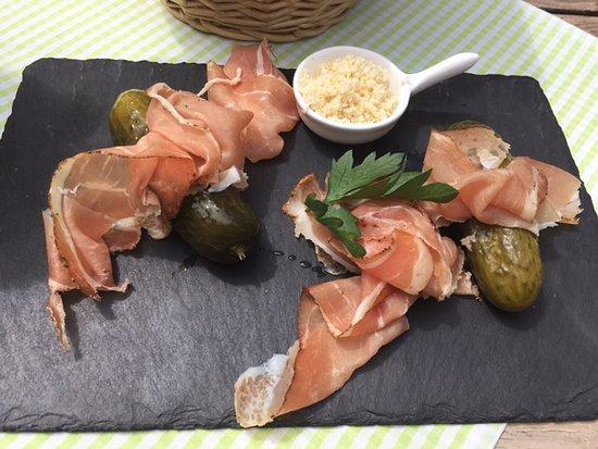 Gmund am Tegernsee, Deutschland: Hauchzarter Suedtiroler Speck mit Essiggurken und geraspeltem Meerrettich + Brot