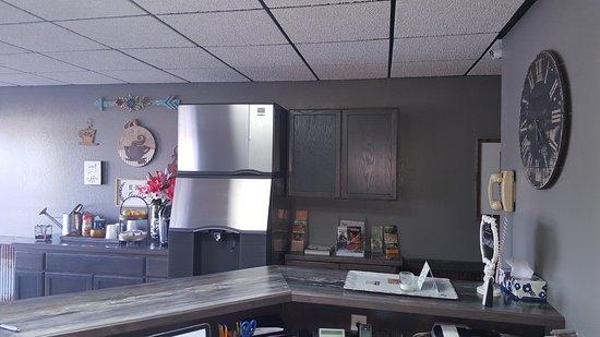 Ellington, MO: Lobby and Coffee/Ice Machine Station