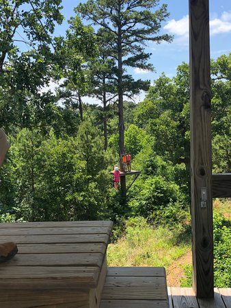 Larue, Техас: She did it! This is the first short zipline that gets you ready for the big ones.