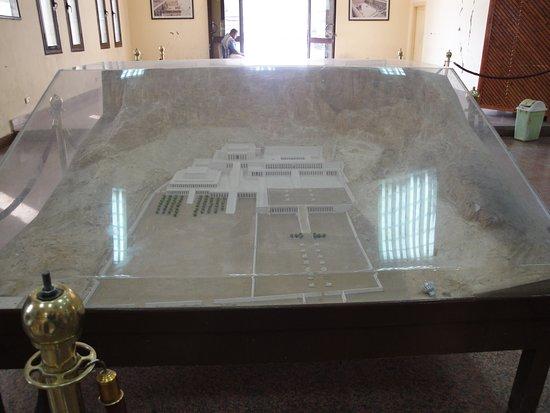 Temple d'Hatshepsut à Deir el-Bahari : Макет храма на входе