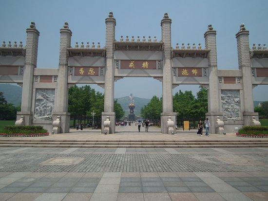 Lushan County, China: Arco de Wuzhimen y el Buda de fondo
