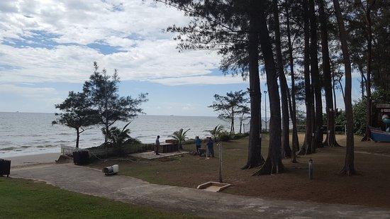 Piasau Boat Club: Beach in front of club