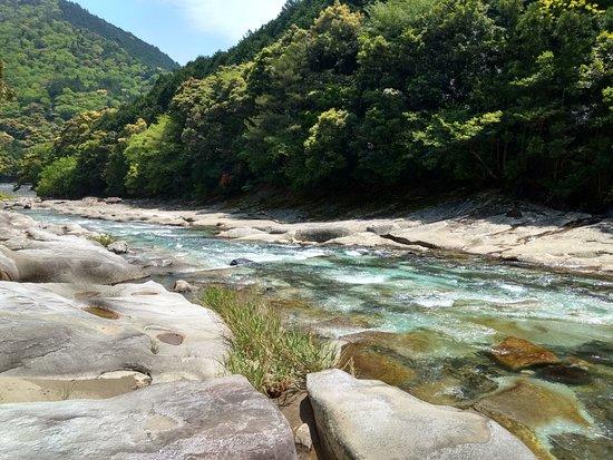 Sukumo, Japón: 何日か雨が降っていませんでした。水量は少ないですが流れは急なので、お子様が入って遊ぶにはちょっと危ないかもしれません。