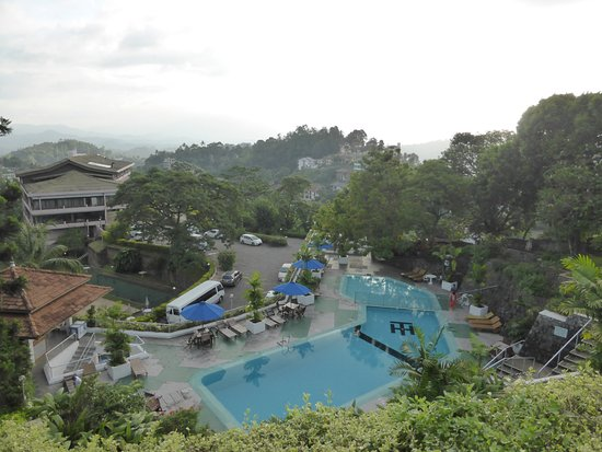 Hotel Topaz: Looking down to pool area