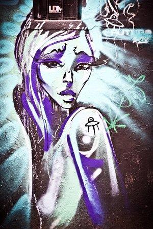 Shoreditch Street Art Tours: alien girl