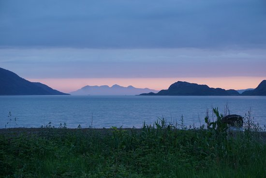 Knoydart Peninsula, UK: Rum b/w the headlands of the mouth of Loch Nevis. View from the beach, 5 min walk from the Bunkh