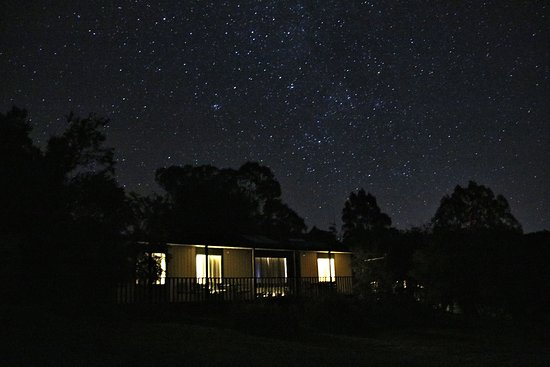 Wirrabara, Austrália: Starry starry night..  Apricot Cottage at night