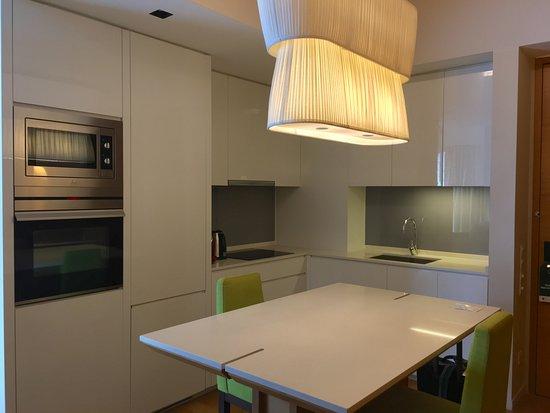Lanson Place Bukit Ceylon Serviced Residences: 俯進入房間便是開放式廚房