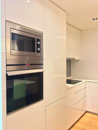 Lanson Place Bukit Ceylon Serviced Residences: 廚房備有焗爐和微波爐