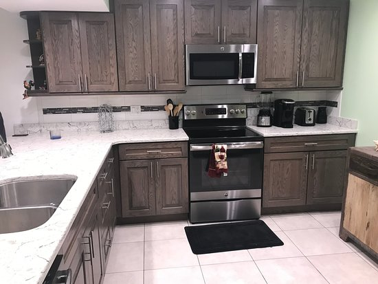 1800 Atlantic Suites: Very workable kitchen with modern appliances