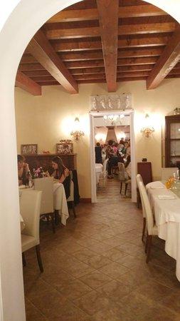 Arqua Polesine, Italien: Interno del ristorante