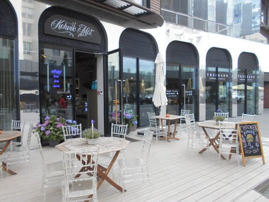 Kohvik Mot : Restaurangens utomhusservering.