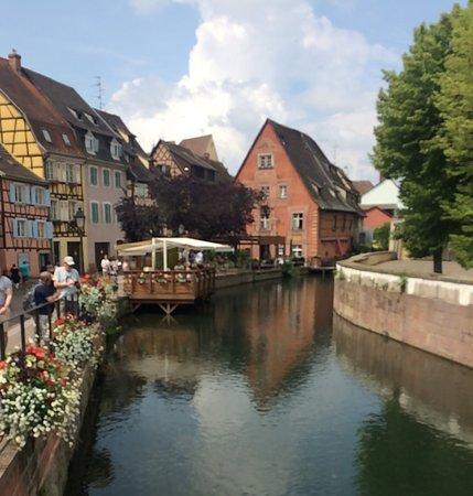 La Fleur de Sel : la petite terrasse sur l'eau, le restaurant juste de l'autre cotè de la rue
