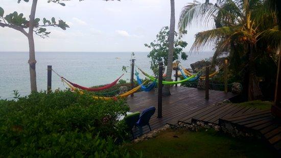 Isla Fuerte, Kolumbien: hammocks on the deck at the lodge