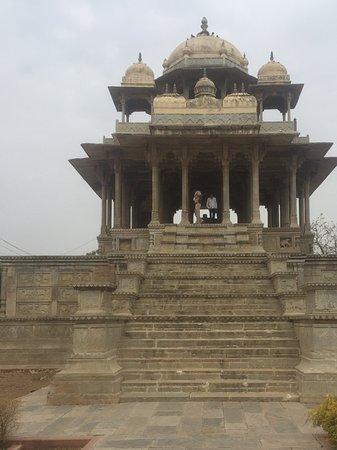 Chaurasi Khambon ki Chhatri: Front steps