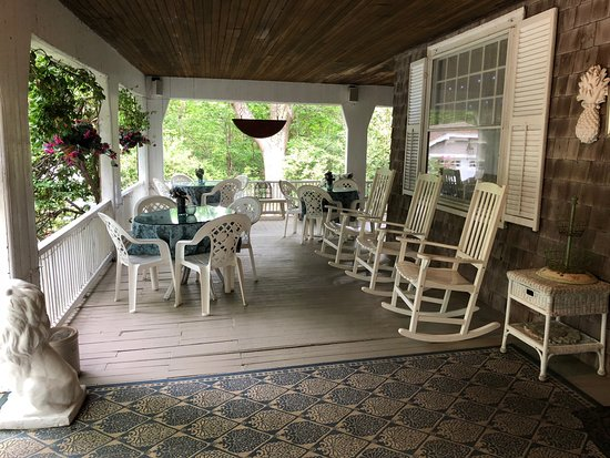 Inn at Tanglewood Hall: Front porch of Inn
