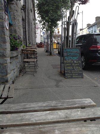 Connemara Greenway Café & Restaurant: Vue depuis ma table où j'ai mangé à l'extérieur