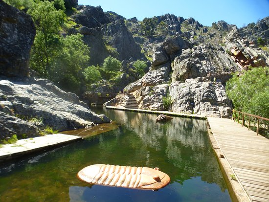 Penha Garcia, Portugal: Beautiful still pond, with waterfall coming in to it.