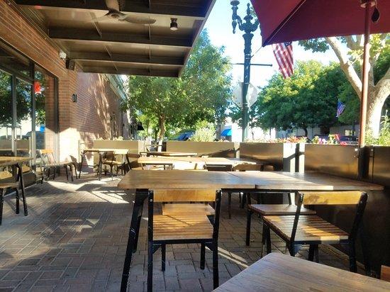 Turlock, CA: Patio seating.