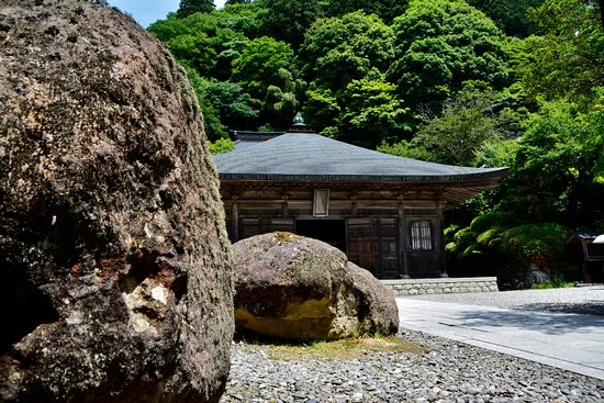 Unganji Temple: 山門を抜けると仏堂ある