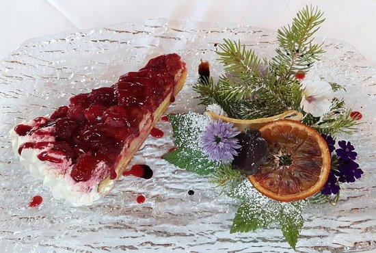 Santa Caterina Valfurva, Italy: Torta alla crema con lamponi e mirtilli
