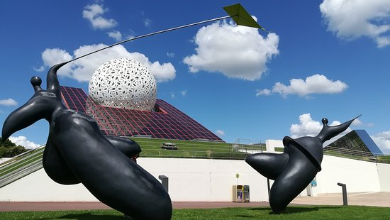 Chasseneuil-du-Poitou, France: les sculptures sont magnifiques