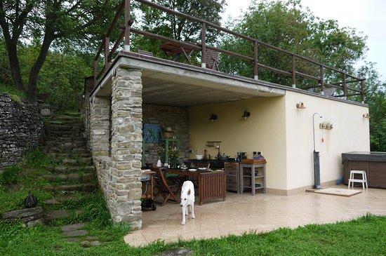 Merana, Italien: de buitenkeuken, en de jacuzzi....