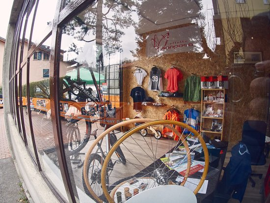 Magreglio, Italien: our shop near Ghisallo Wooden Rims Workshop