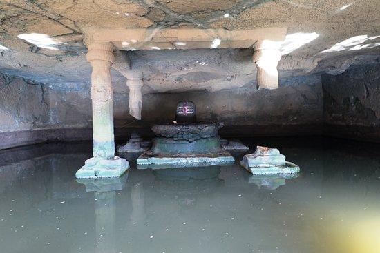 Junnar, India: kadareshwar Caves with Shivling and natural source of water