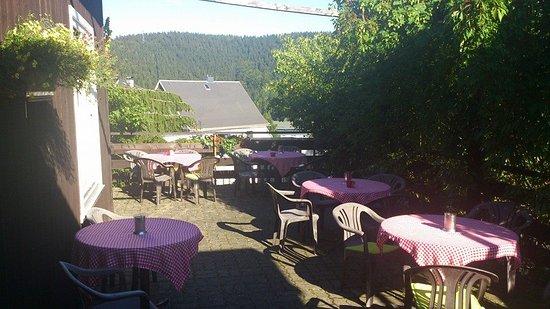 Lauscha, Niemcy: Bei schönem Wetter bietet die Terrasse einen guten Ausblick auf den Thüringer Wald.