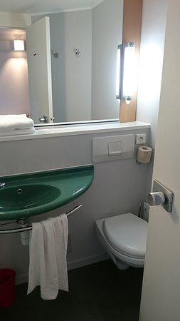 Ibis Brest Kergaradec Airport Hotel : Fine bathroom faciliies