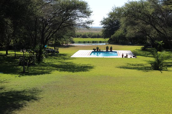 Shakawe, Botswana: Swimming pool and grounds.