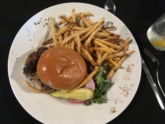Old Orchard Tavern at Cascades Mountain Resort: Burger