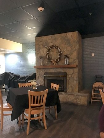 Old Orchard Tavern at Cascades Mountain Resort: Fireplace a nice touch