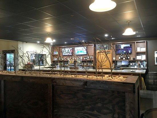 Old Orchard Tavern at Cascades Mountain Resort: Bar area