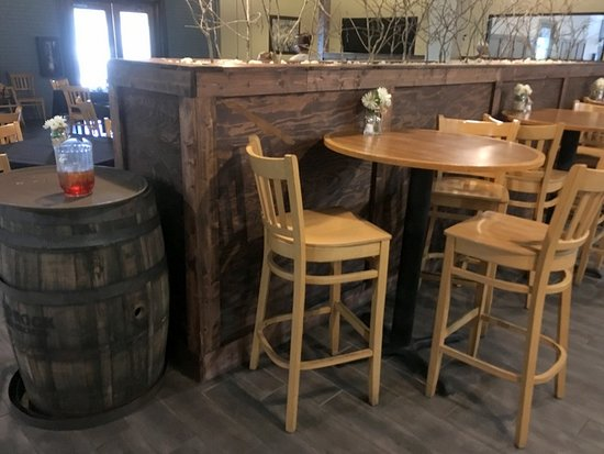 Old Orchard Tavern at Cascades Mountain Resort: Additional Bar Seating