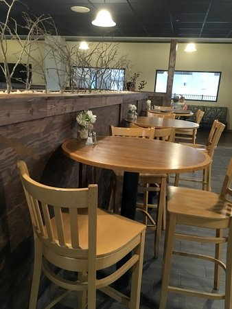 Old Orchard Tavern at Cascades Mountain Resort: More tables