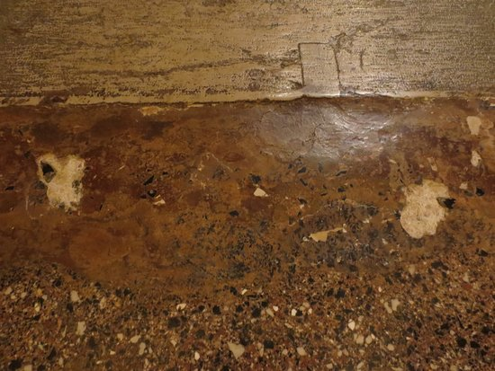 Residence Palazzo Odoni: Holes in concrete floor