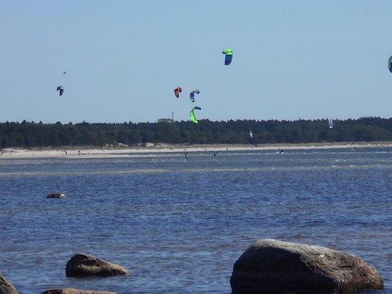 Vattenaktiviteter vid stranden i Laulasmaa.
