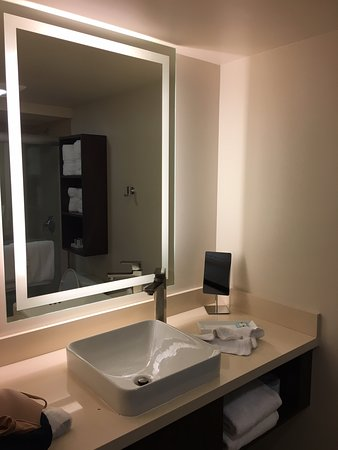 ‪‪Highland Beach‬, فلوريدا: Updated bathroom with backlit mirror and vessel sink.‬