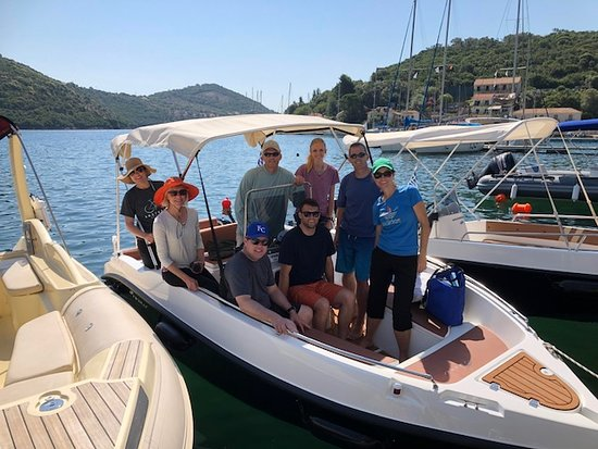 Sivota, Greece: The 8 of us on the boat we rented , it was perfect!!
