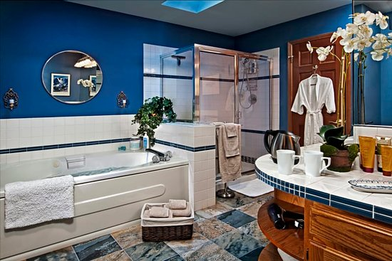 Kenmore, WA: The bathroom for Suite Mama Blue is massive, with a deep soaking tub, spacious shower & double s