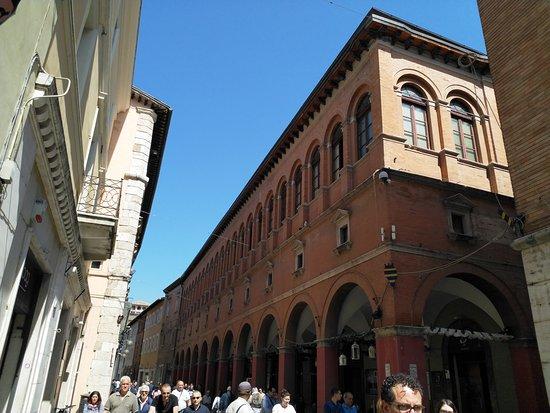 Foligno, إيطاليا: Palazzo delle Logge on the Corso