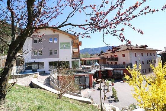 https://media-cdn.tripadvisor.com/media/photo-s/13/42/5b/ec/alpen-garten-hotel-margherita.jpg