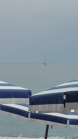 Bagni La Secca: il mare visto dal ns. tavolo, in una giornata un po' nuvolosa,