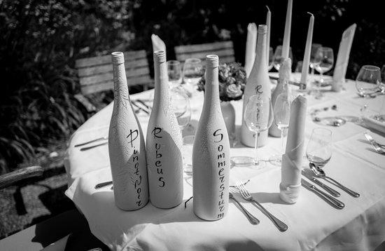 Koegler Hof-Hotel und Weingut: Tischbezeichnung via Weinflaschen