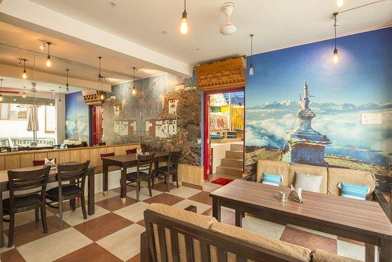 Chogan, India: Zostel Bir Cafe Area