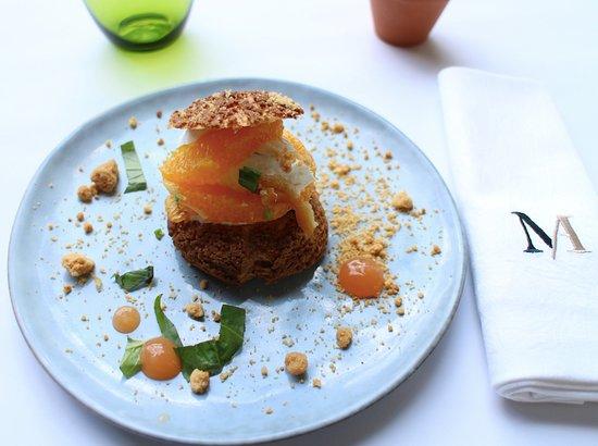 Ecully, Francja: Choux croquant, crème à la vanille, orange et citron confit