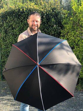 Crepon, France: Yves-Charles avec un parapluie gansé aux couleurs de la France