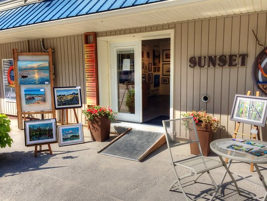 Grand Bend, Canada: A friendly gallery with beautiful artwork in paintings, pottery, photographs, glass art, jewelry